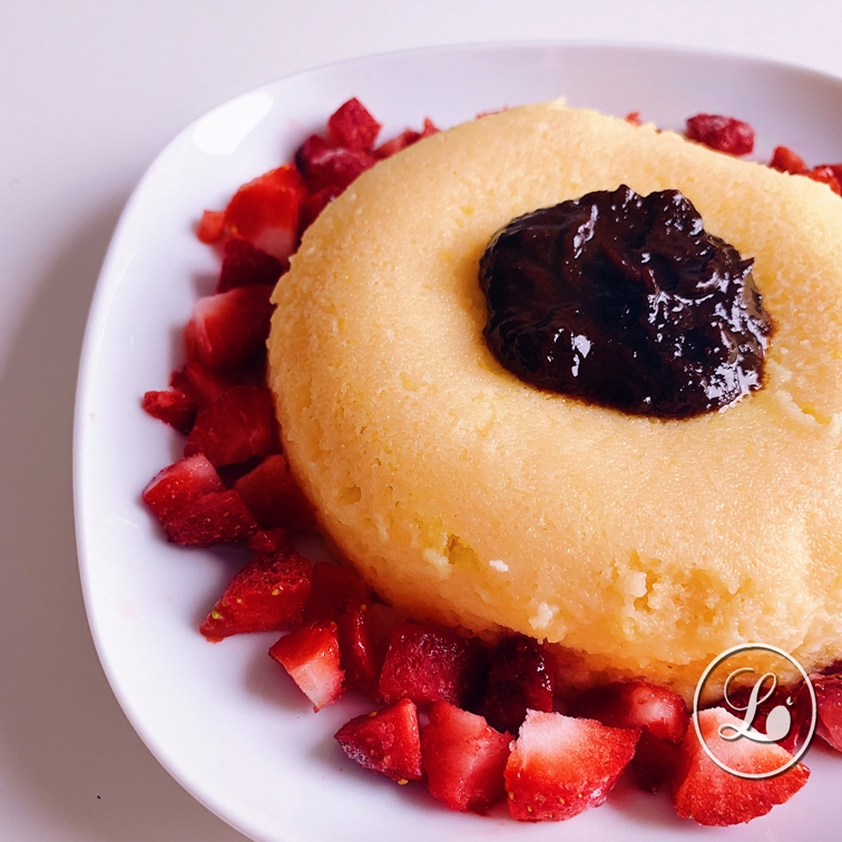 actualité Recette : Bowlcake à la semoule fine et à la fleur d'oranger, topping pulpe de pruneaux et fraises.
